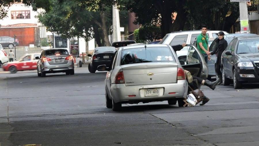 """""""Detención"""" de Sandino Bucio en la calle """"Filosofía y Letras"""""""